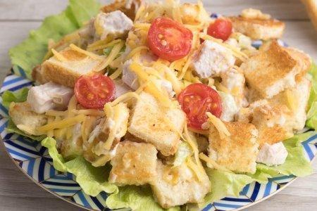 20 салатов с курицей и сыром, которые украсят любой стол