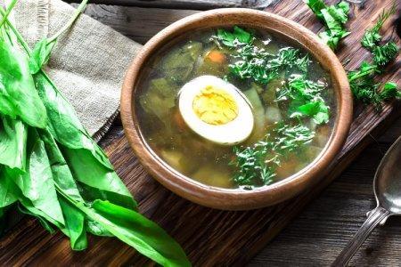 15 зеленых борщей с щавелем, которые ты точно захочешь съесть