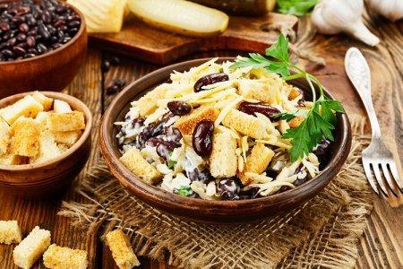 20 очень вкусных салатов с фасолью и сухариками