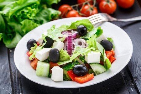 20 рецептов греческого салата, которые придутся по вкусу каждому