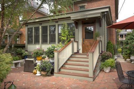 Как оформить крыльцо частного дома: 10 идей с фото