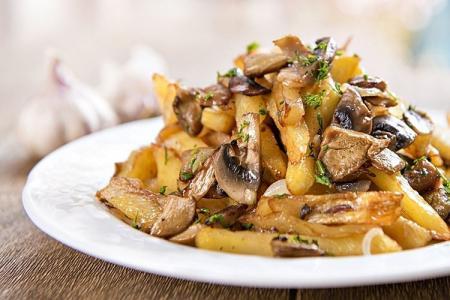 10 рецептов очень вкусной картошки с грибами на сковороде