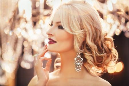 Прически на Новый год 2021 на средние волосы: 20 красивых идей (фото)