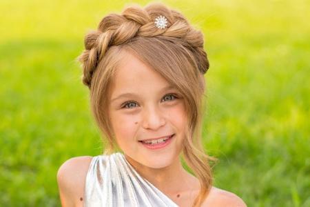 Прически на средние волосы для девочек: 20 простых идей
