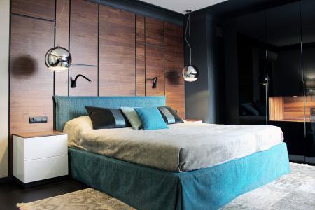 Проект спальни «Черный, дерево и бирюза»