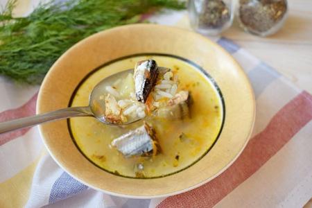 Рыбный суп из консервированной сайры: 10 простых рецептов