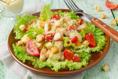 Салат «Цезарь» с курицей и не только: 8 классических рецептов