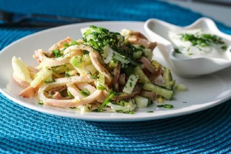 Салат с кальмарами и яйцом: 12 самых вкусных рецептов