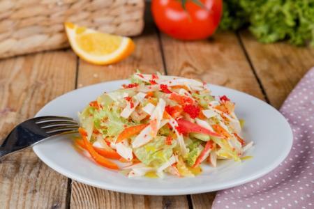 15 простых салатов с крабовыми палочками и капустой