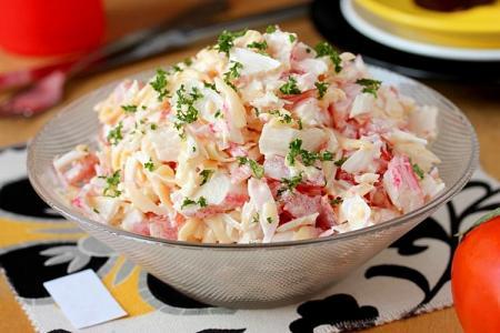 Салат с крабовыми палочками и помидорами: 15 вкусных рецептов