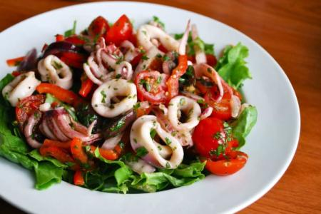 Салаты с кальмарами: 20 самых вкусных и простых рецептов
